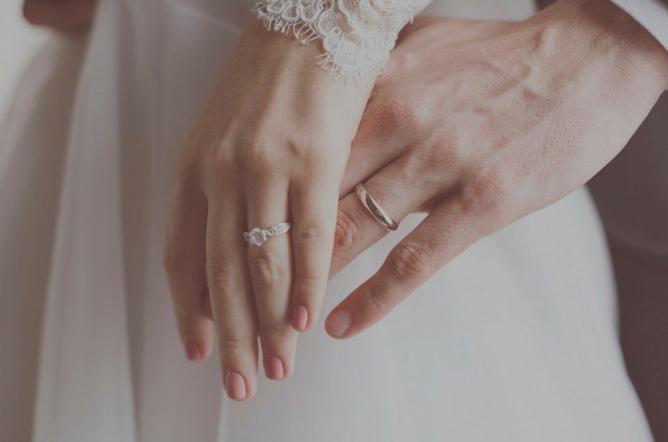 Comment porter ses bagues de mariage et de fiançailles